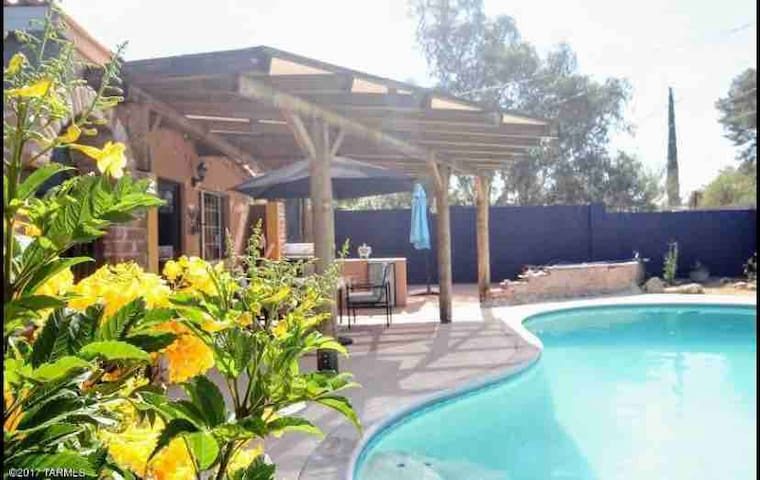 Addison's-Spacious & Private House with own pool!