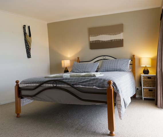Large Airy Room with Queen Size Bed - Warrnambool
