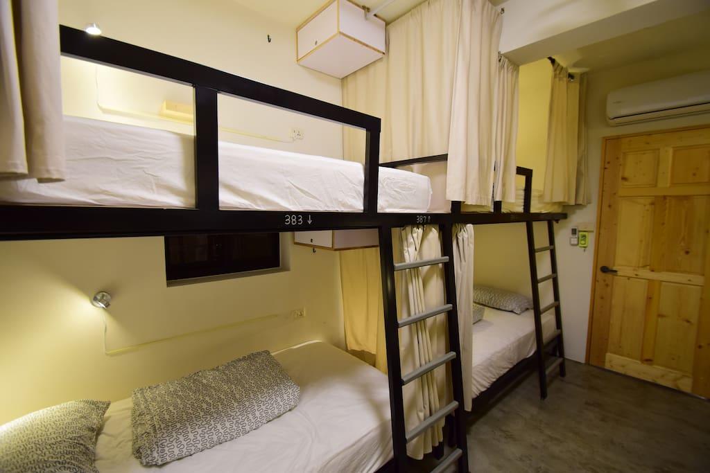 床位皆貼心提供獨立筒110M寬床墊!每張床位帶有自己的小夜燈、床簾、背包掛鈎、衣架。
