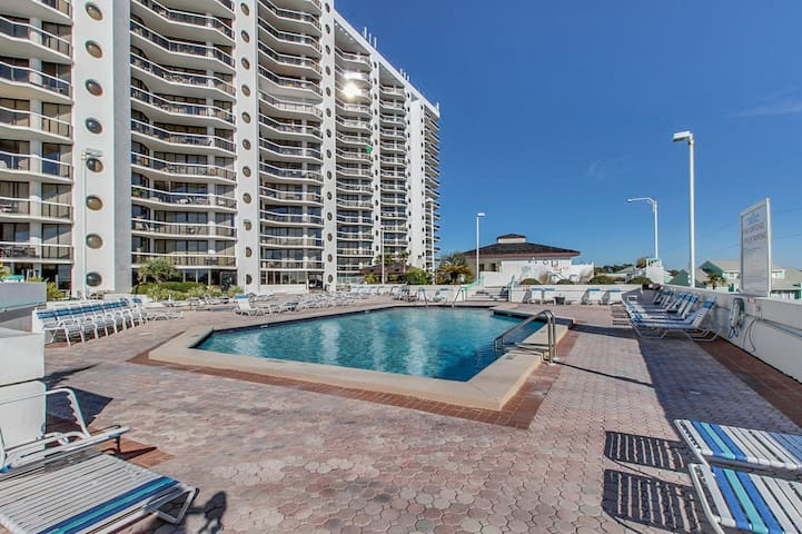 Beachy studio in resort setting with shared pool and hot tub!