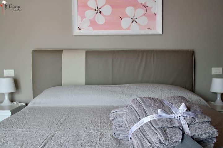 Camera principale, letto matrimoniale / main bedroom, double bed