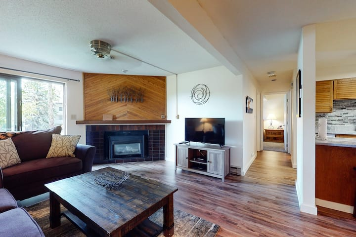 Great condo w/ shared pool, hot tubs, clubhouse, sauna, & winter shuttle