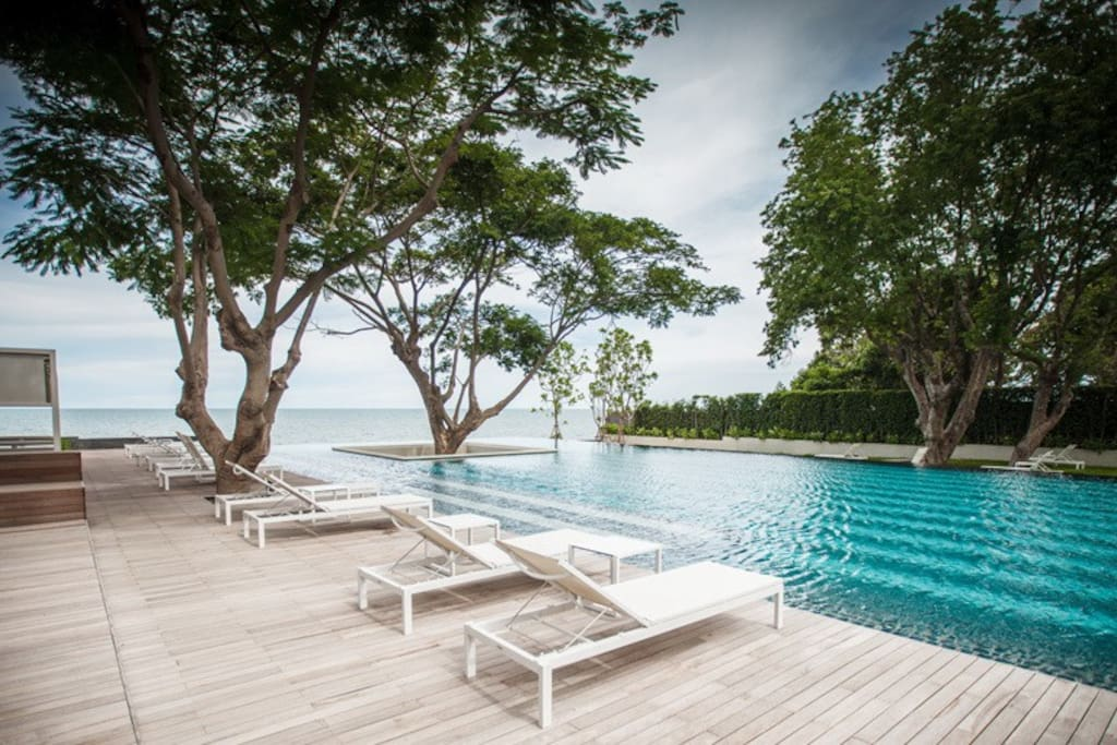 The main swimming pool is an amazing beachfront pool with sea view and beach access.
