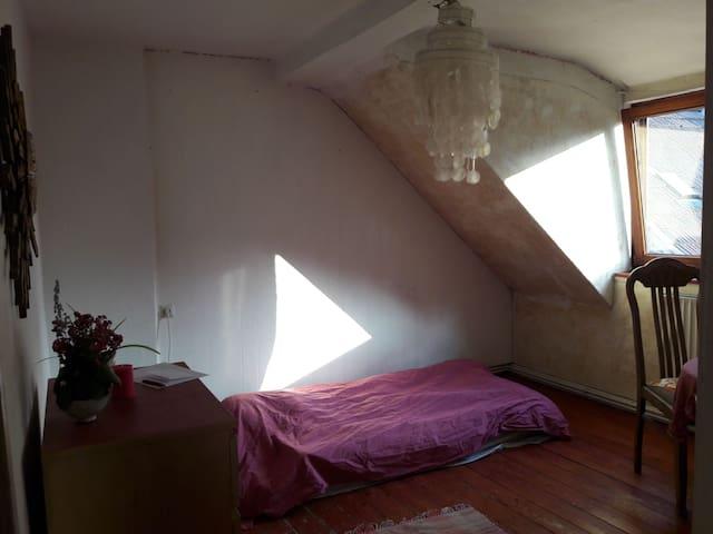 Schönes ruhiges Zimmer zentral gelegen.