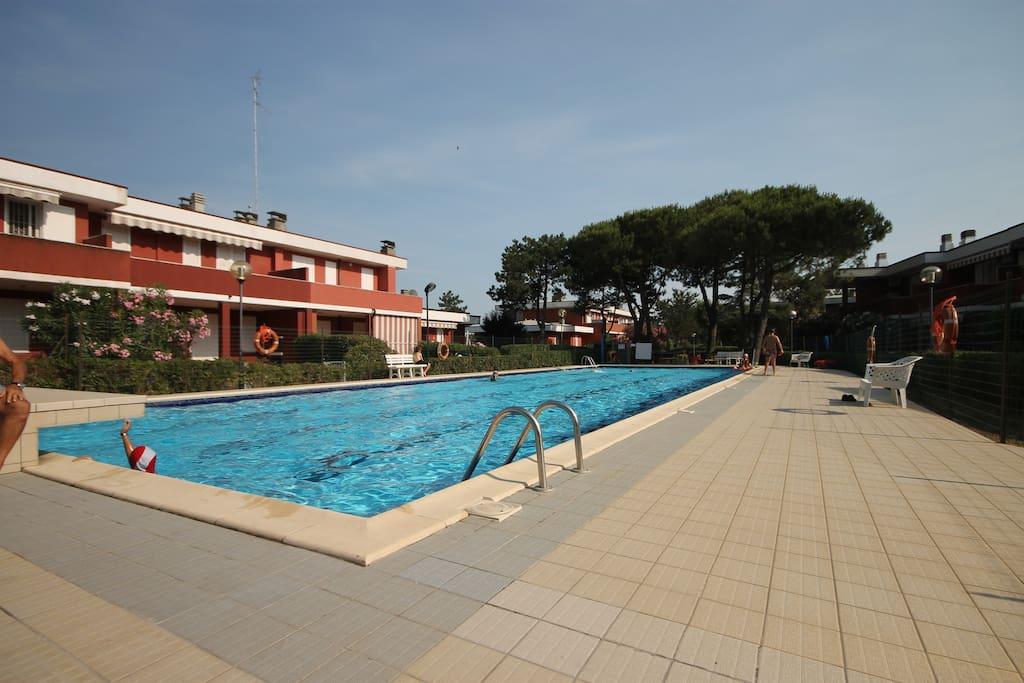 La piscina residenziale con servizio di salvataggio