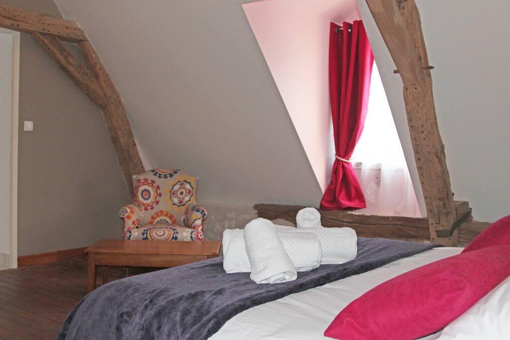 Autre vue de la chambre Baroque, sa salle de bain et wc privatif.