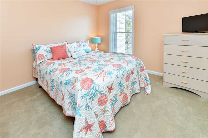 Queen size bed with jack n jill bath