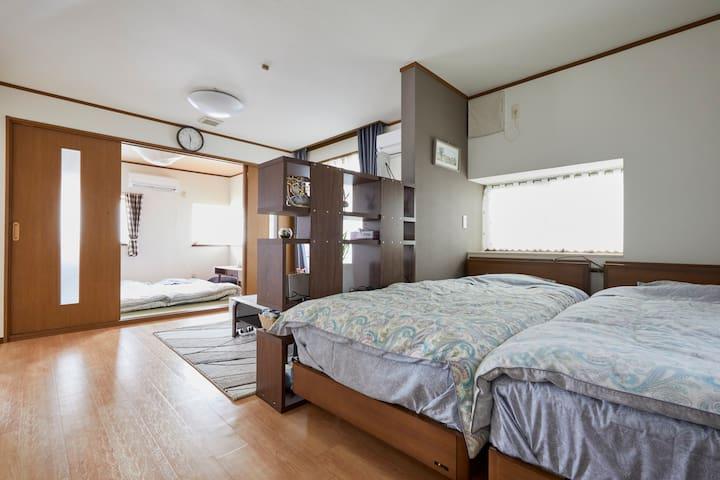 一楼两个房间和一个小客厅