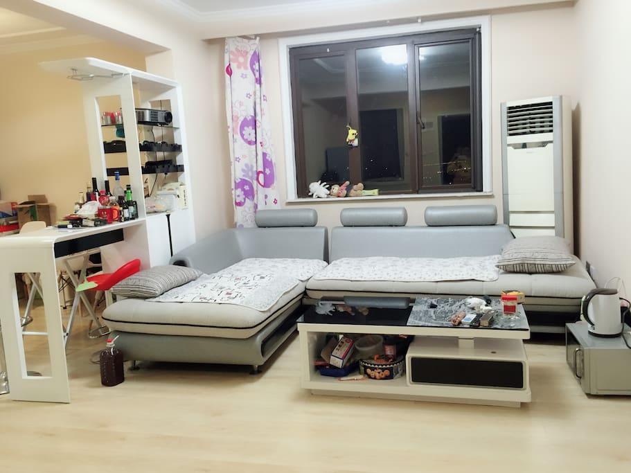 沙发可以睡两个人,但更多的时候,这里是朋友们躺着看家庭影院的地方。旁边就是酒柜,家里有各种好酒可以一起品尝。
