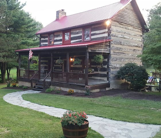 Rustic Log Home Away From Home - Latrobe - Hus
