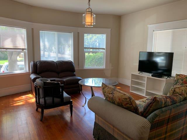 1001 downtown, 3bedrm/2bath,hardwood,full kitchen