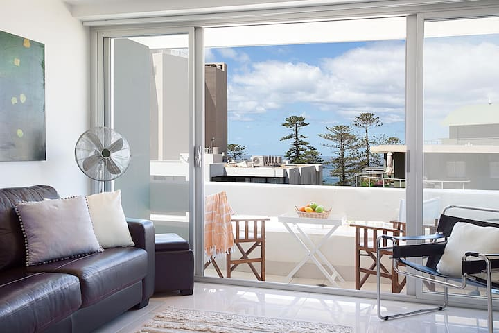 Manly Sunrise-Elevated apartment in center of town