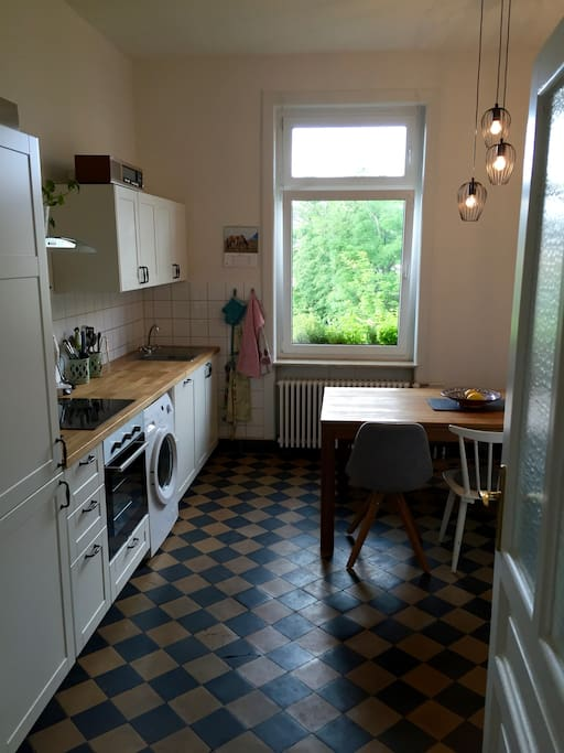 Küche/ Kitchen with view into green backyard