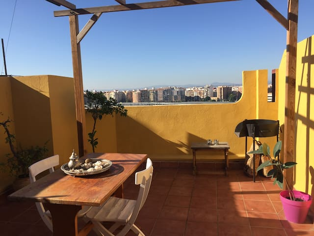 Double room in cossy attic  with terrace - València - Apartamento