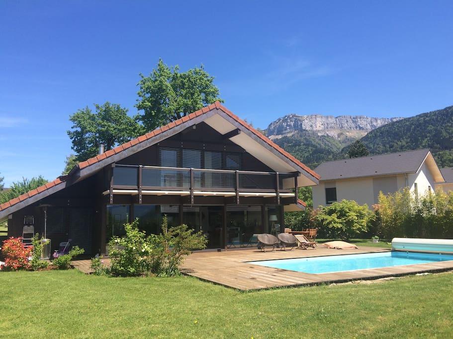 Maison bois contemporaine avec piscine annecy villas for Annecy maison a louer