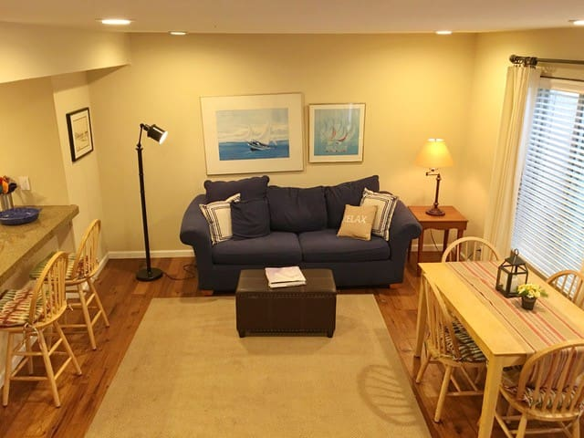 Condo Near Lake: pool Jacuzzi and Tennis Courts
