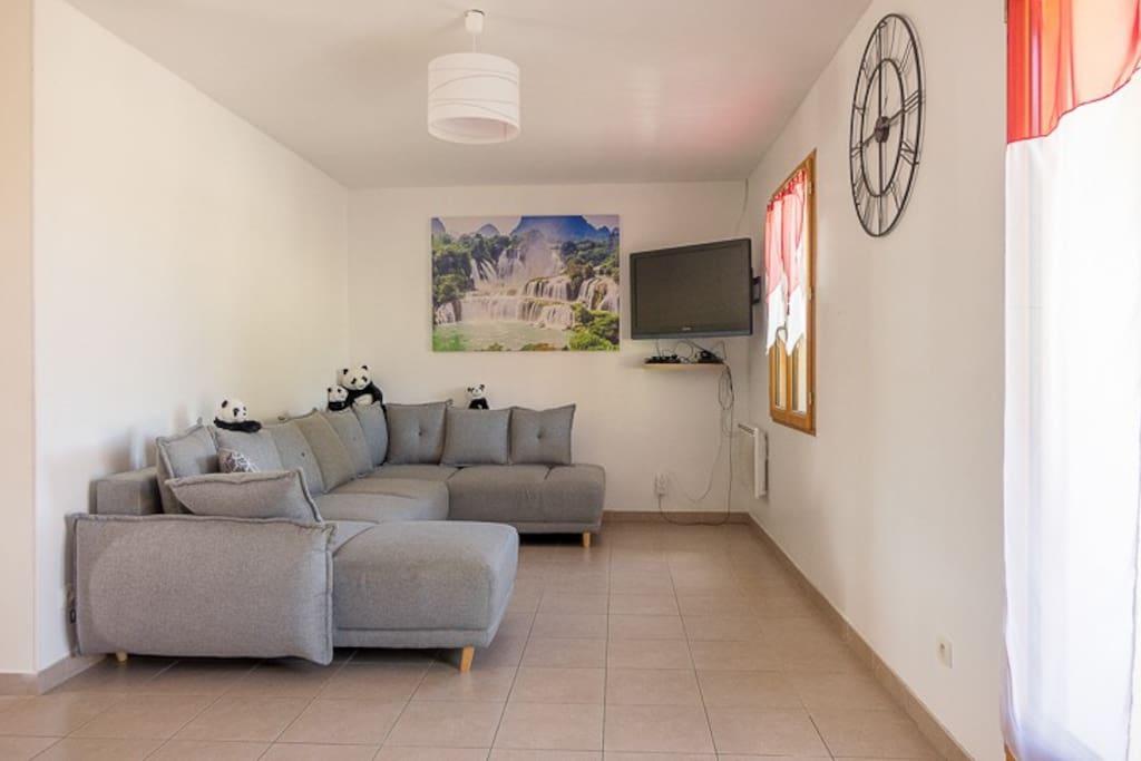 Salon avec canapé d'angle, Télévision 101cm, Lecteur DVD, Chaines internationales (BBox Miami)  Canapé Convertible pouvant accueillir 2 couchages