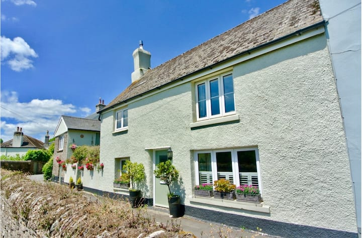 Cosy Coastal Cottage in Devon
