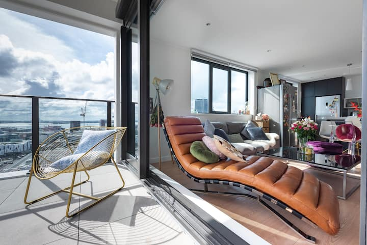 Sunny Stay in Spacious CBD Apt with Stunning View!