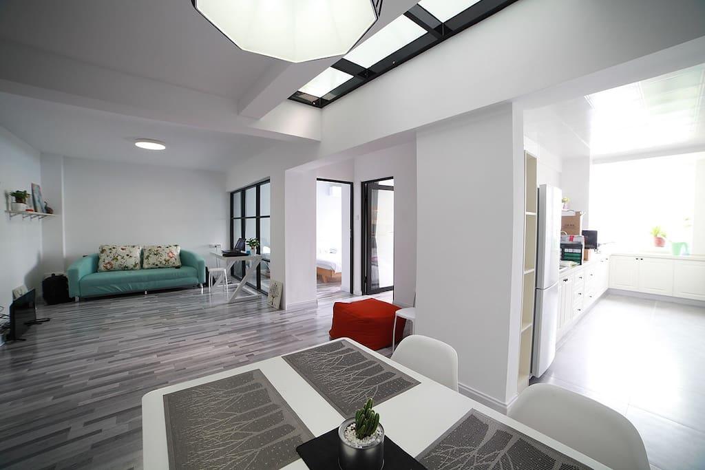 宽敞的客厅 采光很好;沙发可以变成一张圆床