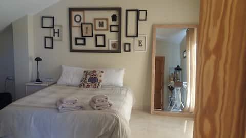 Habitación con aseo en suite en apartamento Murcia