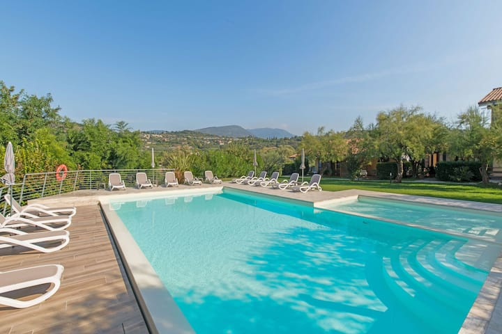 Comfortable flat with garden and swimming pool, only 1.5 km from Lake Garda
