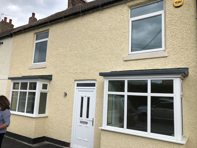 Large house sleeps 8-9 close to Amazon Darlington