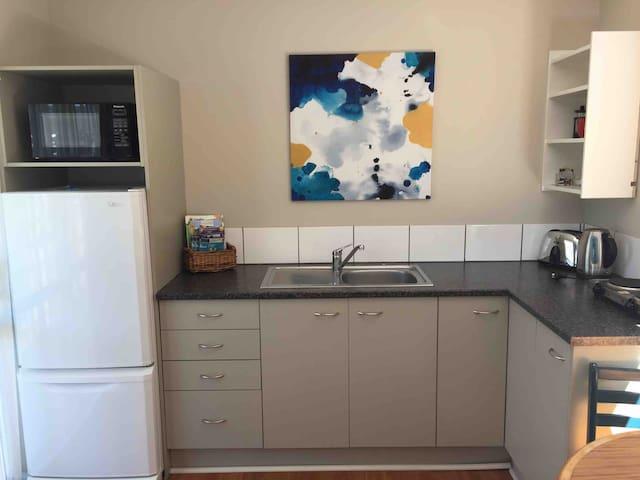 Kitchenette, fridge/freezer, toaster, kettle, hot plates, cutlery and crockery, microwave