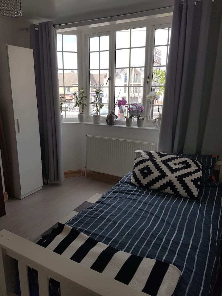 Females Only!Bright and airy room  in Headley Way