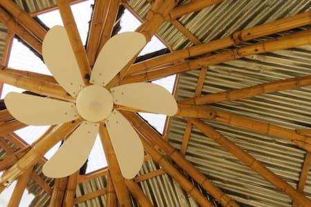 Maisonnette hexagonale terre/bambou - Atenas
