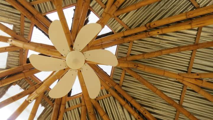 Casita Ecolo Rica de adobe y bambú