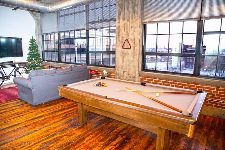 Downtown 2BR Loft, King Master, Pool Table, & Gym