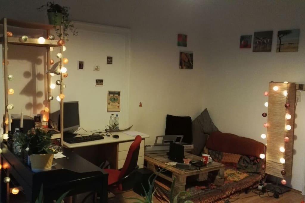 Zimmer, Schreibtisch & Sofaecke