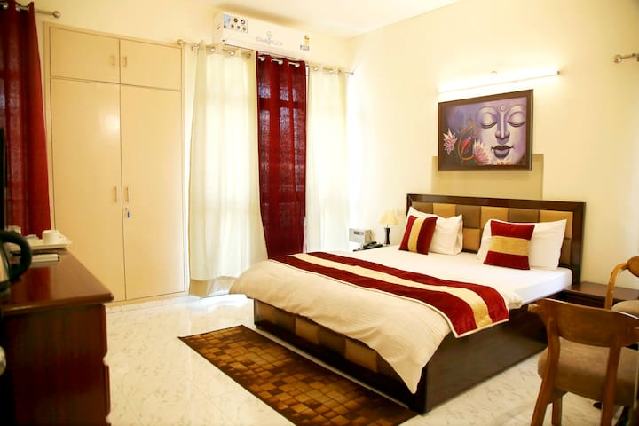 best place for solo travelers ( south delhi)