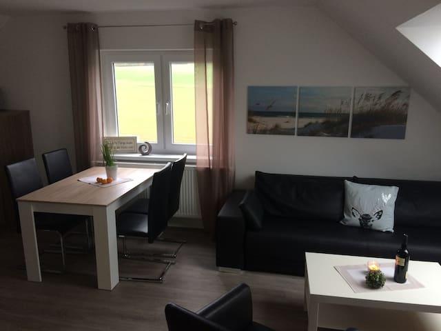helles und freundliches Wohnzimmer mit Essbereich