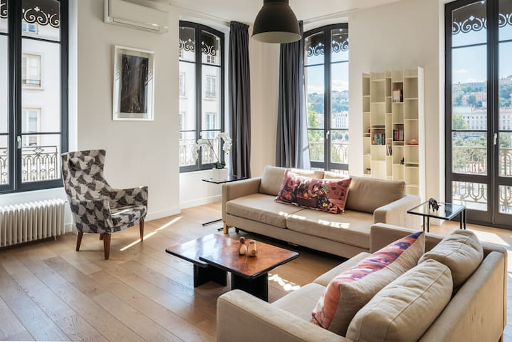 SUMPTUOUS 85SQM APARTMENT - PLACE BELLECOUR