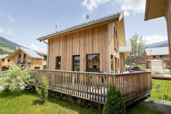 Cosy Chalet in Sankt Georgen ob Murau with Hot Tub