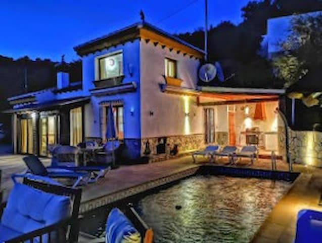 Villa Críalo: A Chic Private Casa Facing The Sea