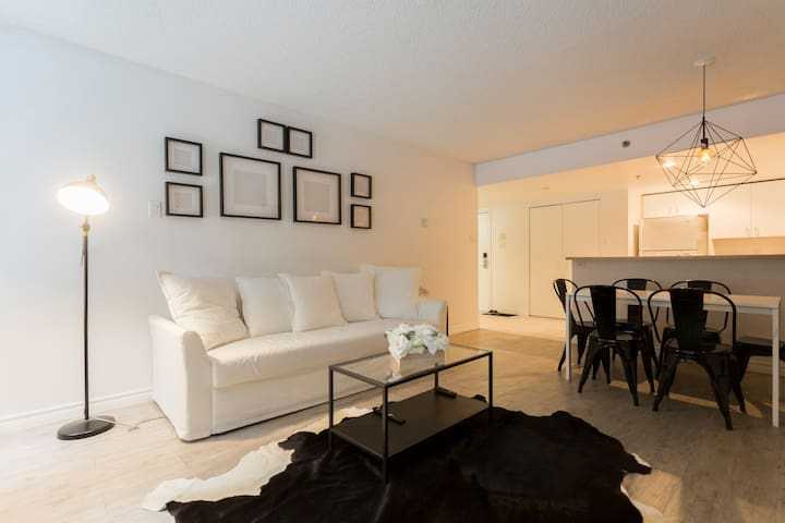 PERFECTLY Located Cozy 2BDR in Heart of DOWNTOWN