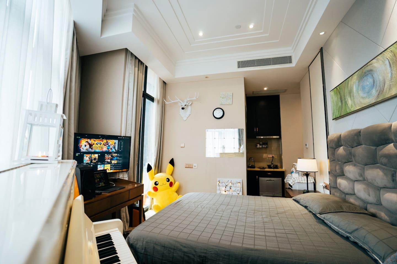 设备齐全酒店公寓 萌宠皮卡丘和价值5万的钢琴 与你同枕眠