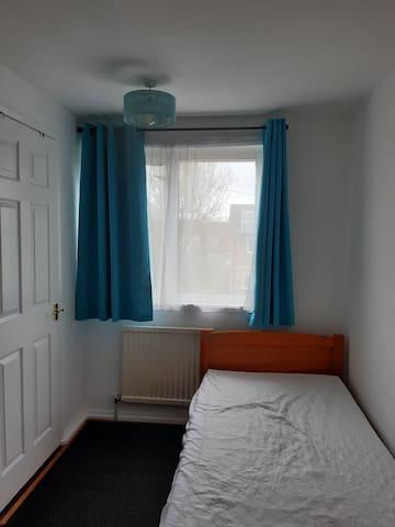Quiet ensuite room in clean, friendly home