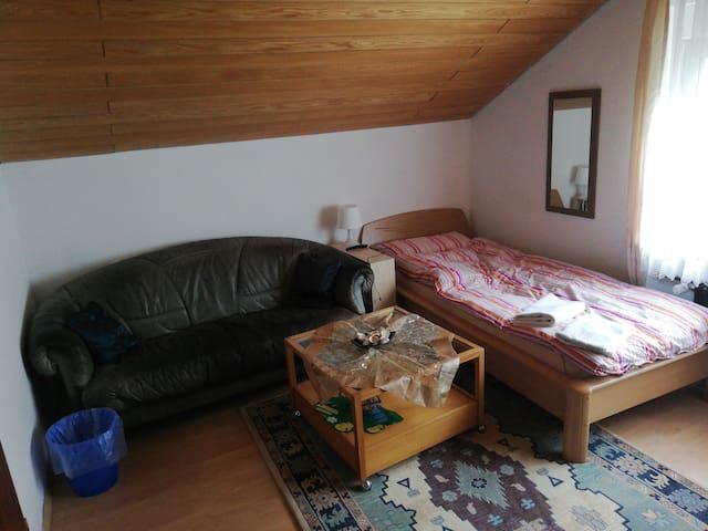 Schönes Privatzimmer mit großem Smart TV.