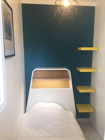 Un lit en 90x190cm  Une ouverture de fenêtre