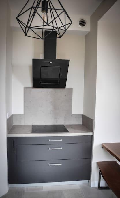 Une cuisine neuve toute équipée: four / micro-onde / Plaque induction / Réfrigérateur-congélateur / Lave-vaisselle