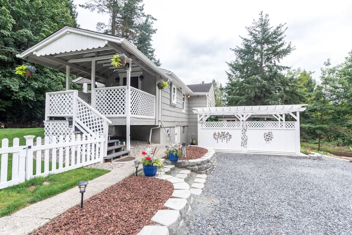 Private Woodinville home with hottub near wineries