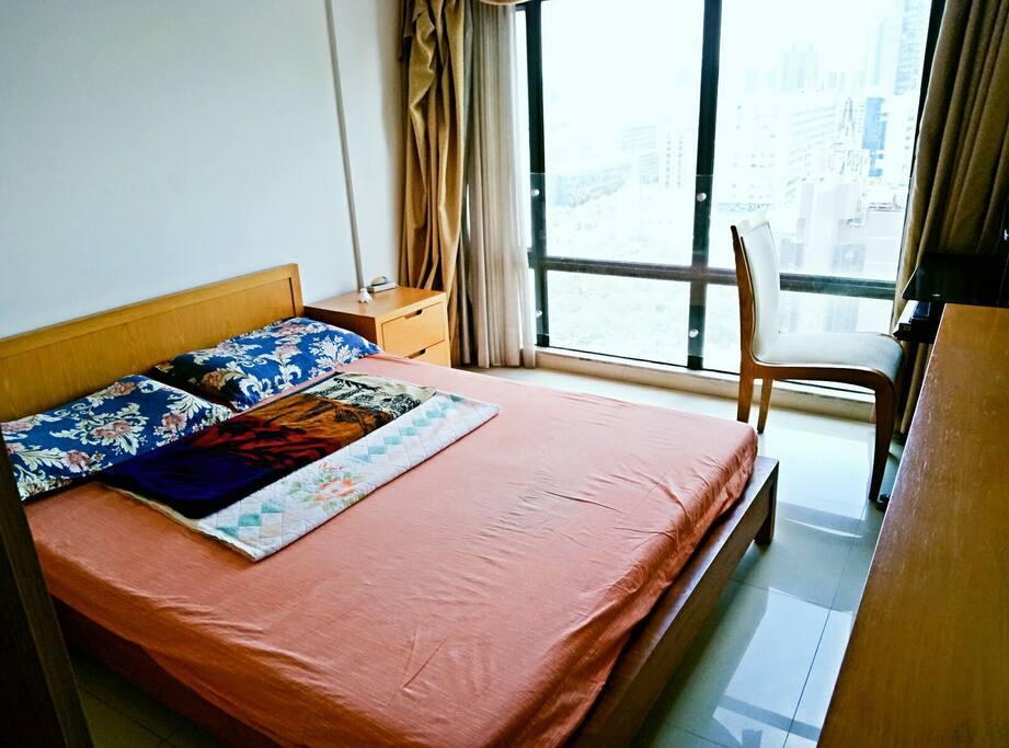 主人房,2米大床,落地玻璃窗可观吉大全景