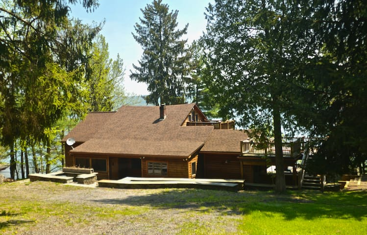 Point of View...on Otsego Lake. 4 Bedrooms, 4 Bathrooms, Beautiful new furnishings, flat screen tv's, wifi, private lake frontage, kayaks, dock...less than 6 miles from Cooperstown.