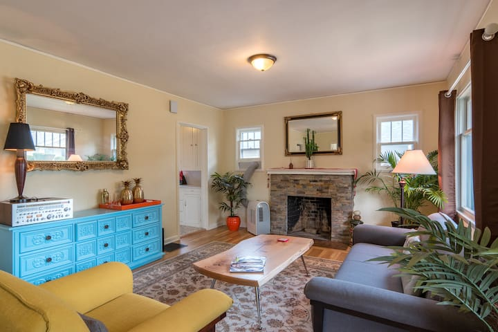 ★ Bright & Colorful 2-bed, 1-bath. Walk Score 85!!