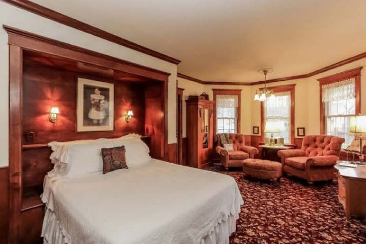 The Magnolia Room - Yelton Manor Bed & Breakfast