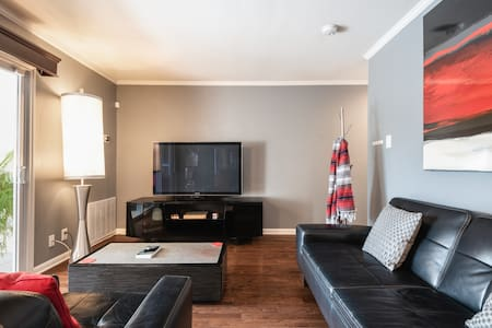 The Condo (close to airport + free parking, gated)